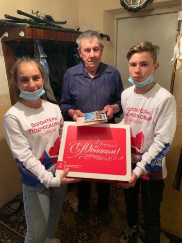 Волоколамские волонтёры продолжают навещать пенсионеров