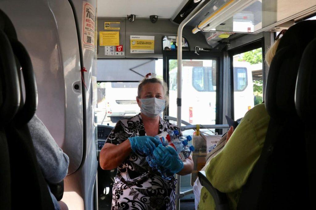 В волоколамском общественном транспорте из-за жары начали бесплатно раздавать воду