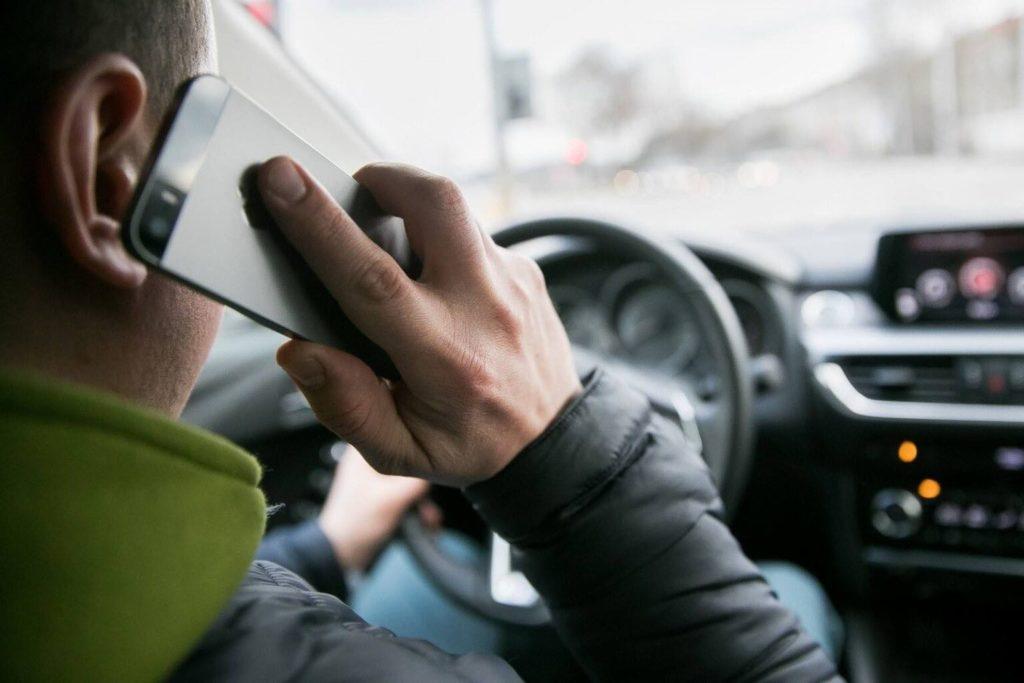 В РФ могут увеличить штраф за использование телефона за рулем