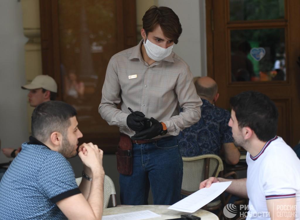 В Москве отменили ношение перчаток для сотрудников общепита