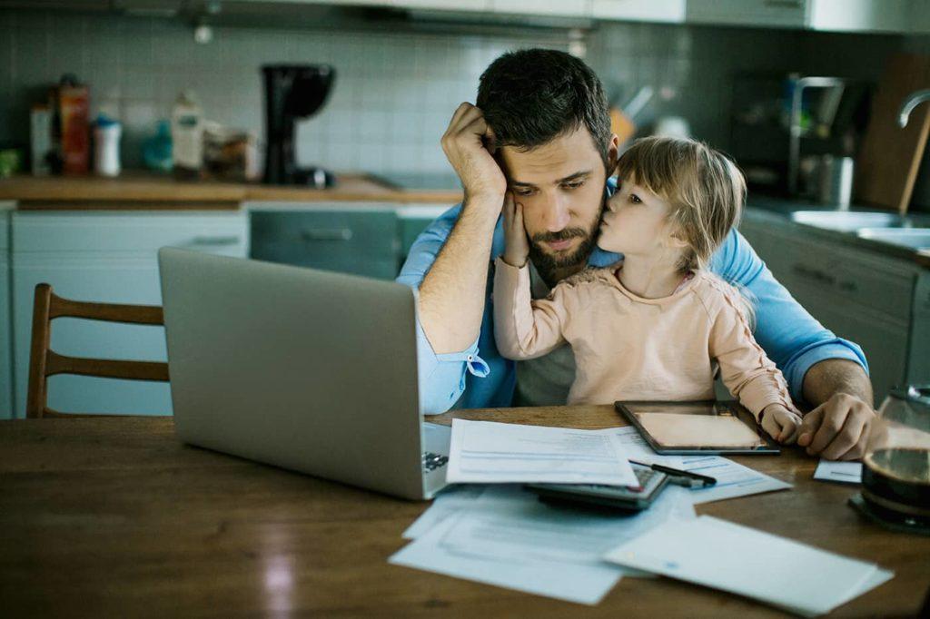 Отвечаем на часто задаваемые вопросы: О ежемесячных пособиях родителям, которые в одиночку воспитывают детей