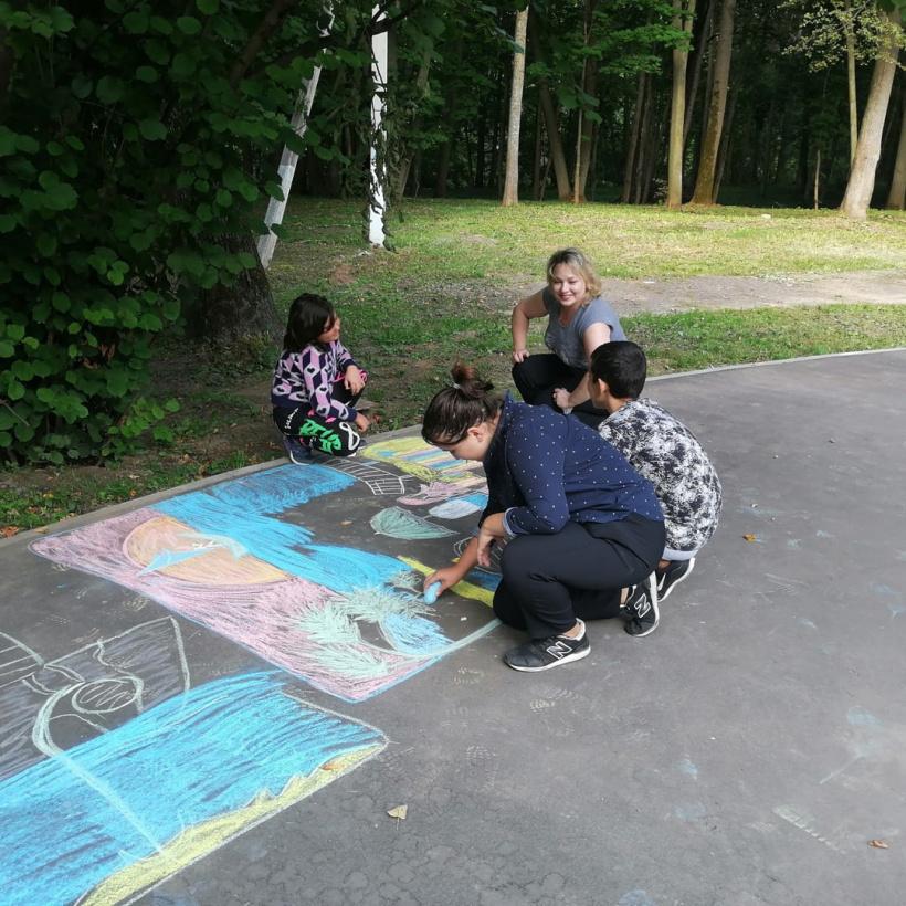 Конкурс рисунков на асфальте прошел в Лотошинском парке