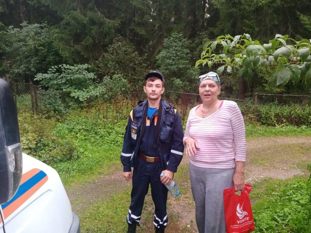 Волоколамские сотрудники Мособлпожспас вывели из леса заблудившуюся женщину
