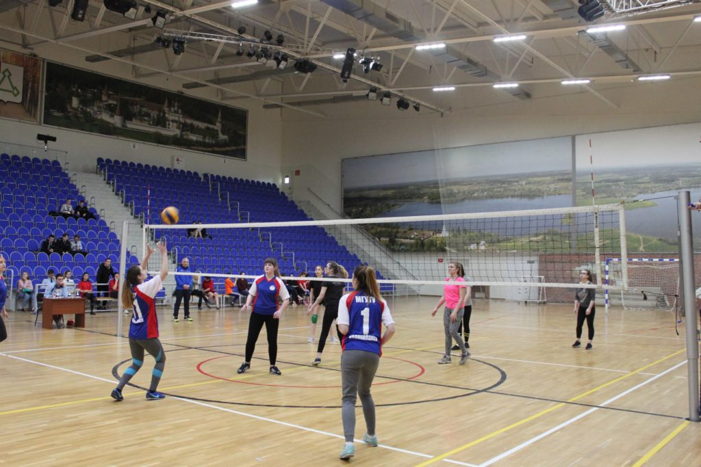 Секция волейбола во дворце спорта «Лама»