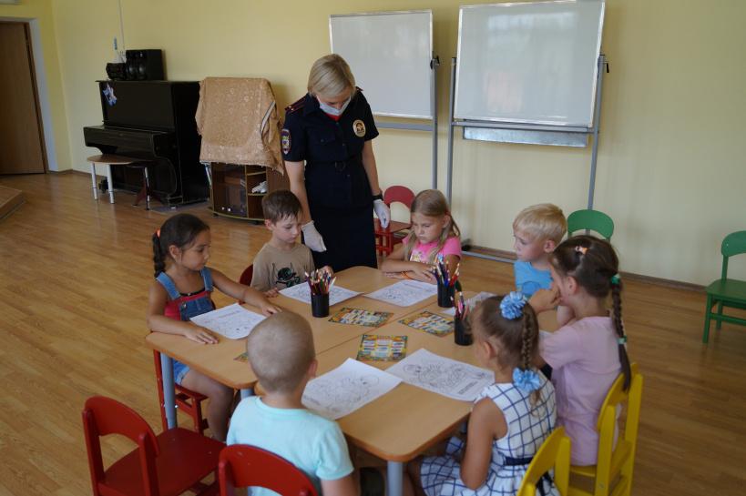 В г.о. Лотошино полицейские провели урок безопасности для ребят из дошкольного учреждения