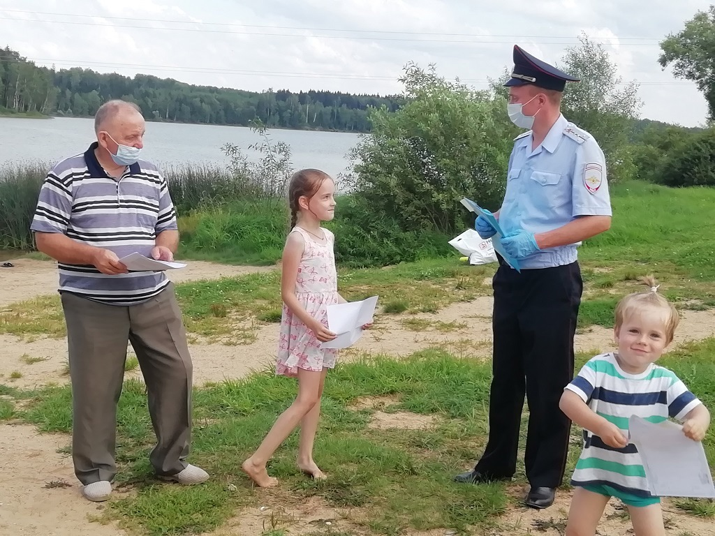 В Волоколамске полицейские и общественник побеседовали с детьми и их родителями о правилах безопасного поведения во время летних каникул