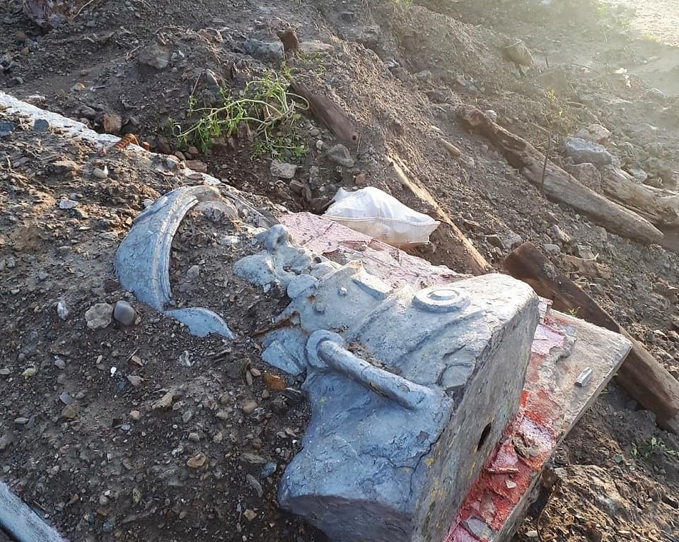 Жители Сахалина нашли памятник Гагарину среди мусора