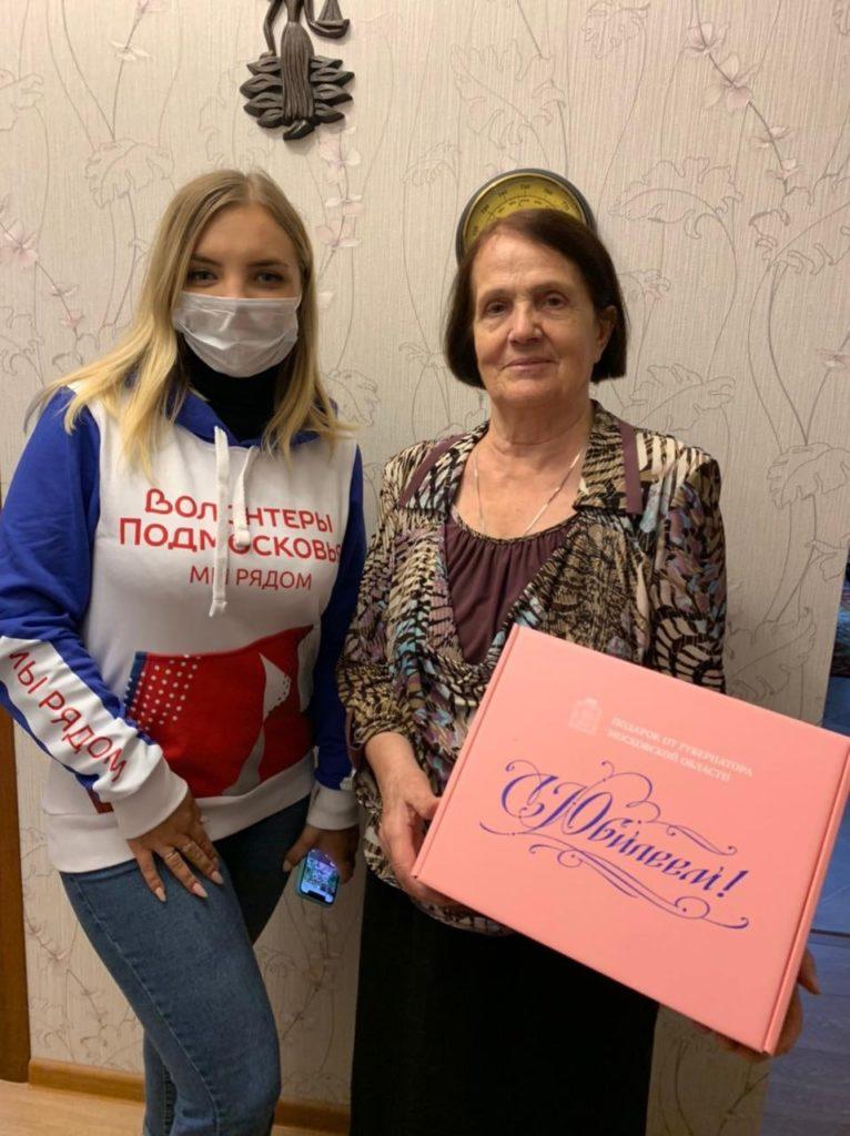 Волонтёры продолжают поздравлять Волоколамских долгожителей