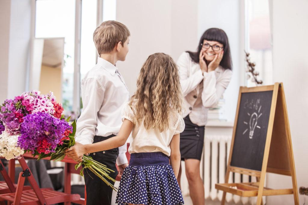 Как поздравить и что можно подарить педагогу на День учителя
