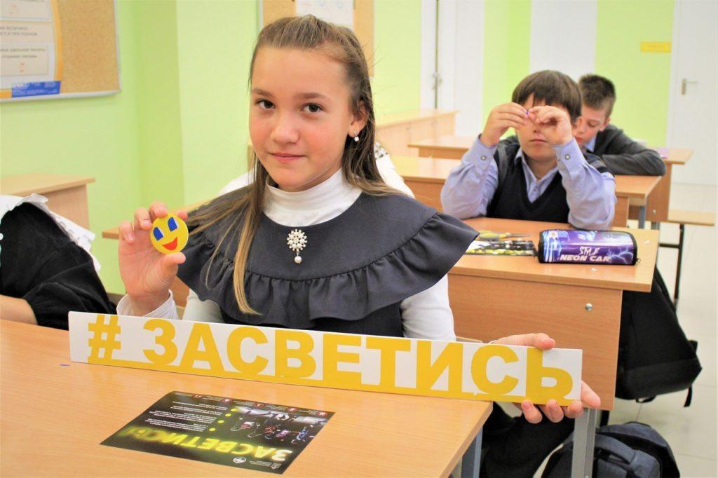 В Волоколамске сотрудники Госавтоинспекции провели мастер-класс с детьми по созданию световозвращающих аксессуаров