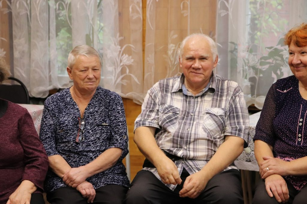 Волоколамская молодёжь продолжает навещать жителей почтенного возраста