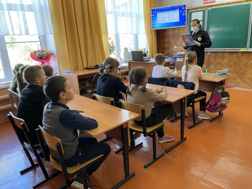 Сотрудники Госавтоинспекции провели игру по Правилам дорожного движения для школьников