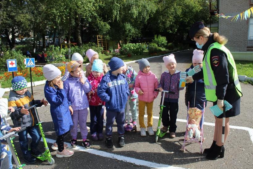 В Волоколамске автоинспекторы с воспитанниками дошкольного учреждения провели занятия по правилам дорожного движения