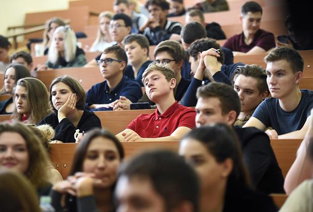 В ВШЭ рассказали об оттоке талантливых студентов за рубеж